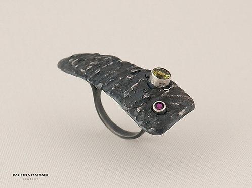Srebrny czerniony pierścień z diopsydem i cyrkonią