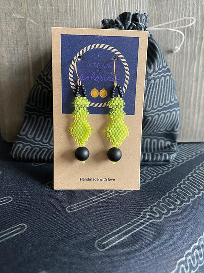 Small beadwork earrings with black agate - Citrus green