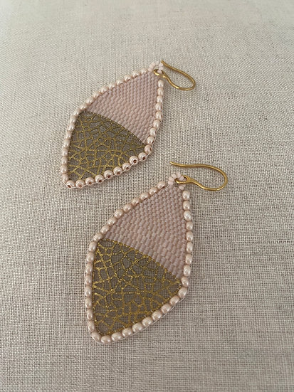 Beadwork earrings with gold pendant - Light pink