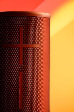 Roter Lautsprecher vor gelben Hintergrund