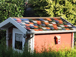 Gartenhäuschen mit bunten Biberschwanzziegeln