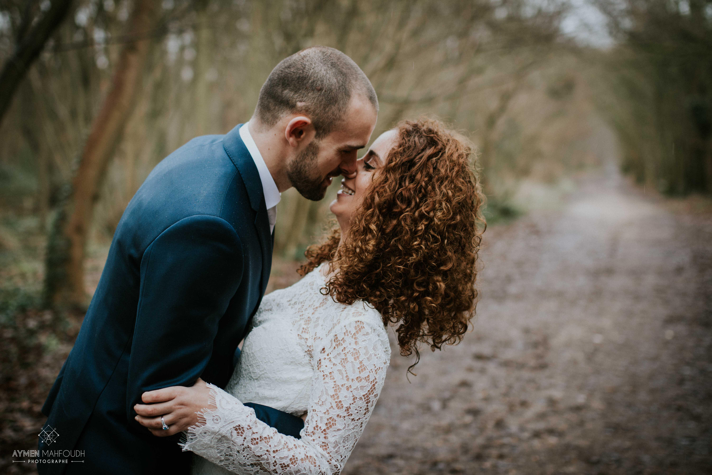 photo de couple dans les bois