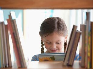 Улыбающаяся девушка с книгой