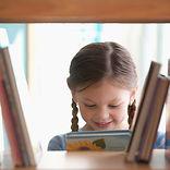 Smilende pige med bog