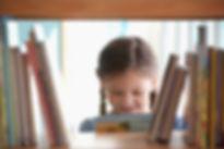 Ragazza sorridente con il libro