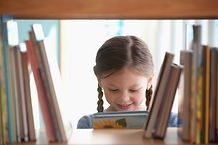 Niña sonriente con el libro