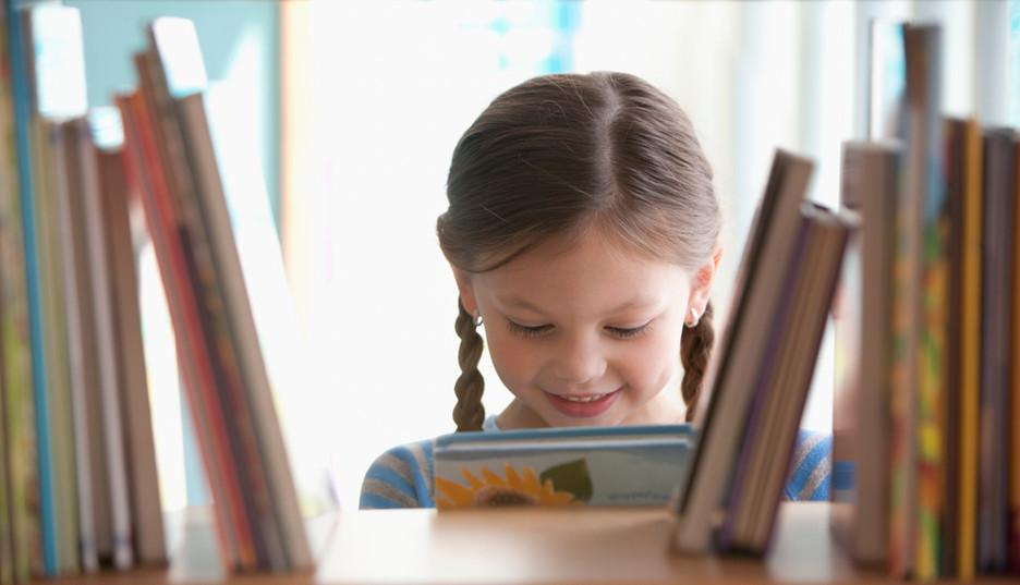 Lachende meisje met boek