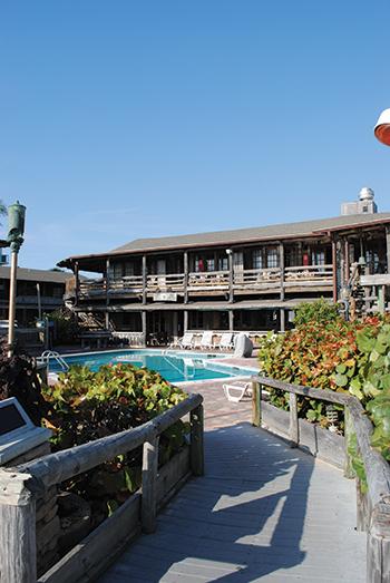 Pool & Bar Area