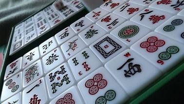 Mahjong_tiles_on_angle.jpg