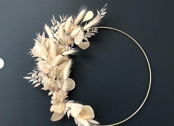 Couronne de fleurs séchées sur cercle métal or