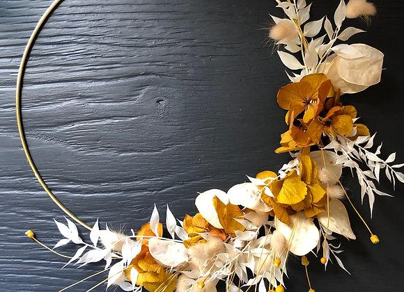 Couronne de fleurs séchées blanc et jaune moutarde sur cercle métal or