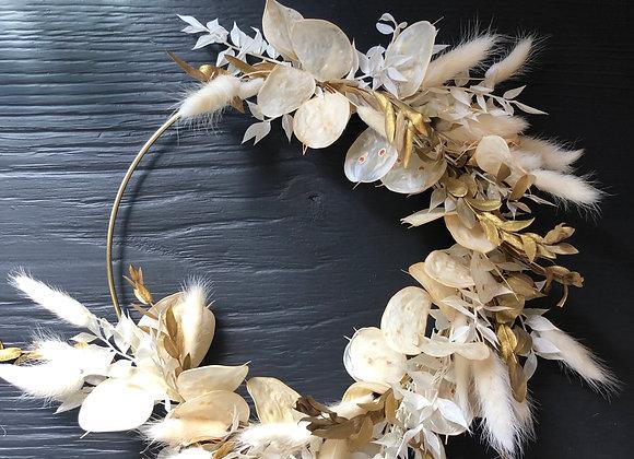 Couronne de fleurs séchées blanche et dorée sur cercle métal bronze 20 cm