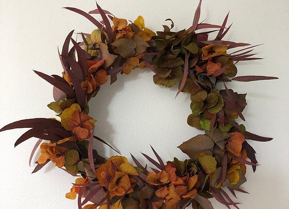 Couronne de fleurs séchées dans les tons roses sur cercle métal bronze 25 cm