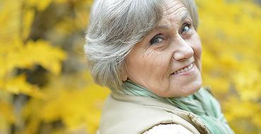 Äldre kvinna utanför