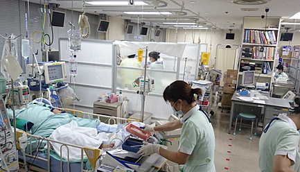 Iwate Medical UniversityEmergency and Critical care Center・救急センター専属の集中治療室があり、全10床を保有しています。・その他に4Fに他科共有のSurgical ICU・ICUを12床、熱傷ユニットを2床を保有しています。・軽快後、ICUから移るセンター専属の一般病棟があり、全34床を保有しています。・EICUのすぐ上の階にあり、センター初療室やEICU・ICUとほぼ直結しています。ですので、緊急手術の際は、迅速に搬入し手術を行う事が出来ます。また初療室で緊急手術をする際も、手術器械を円滑に用意することができます。・4Fに他科共有のSurgical ICU・ICUを12床を保有し自由に使用することができます。さらに救急センター専属の熱傷ユニットを2床を保有しています。・その他2Fには救急センター専属の集中治療室があり、全10床を保有しています。・軽快後、ICUから移るセンター専属の一般病棟があり、全34床をも有しています。・広範囲熱傷用の熱傷室を2床保有しています。・広範囲熱傷患者様専用の浴室があり、感染の伝搬を予防しています。