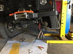 Land Rover Defender installation treuil et travaux mécanique.