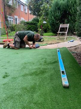 Laying artifical turf