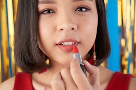 applying-make-up-5Y9GNM9_edited.jpg