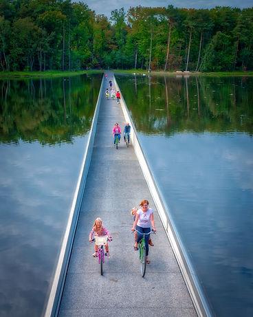 fietsen door het water.JPG