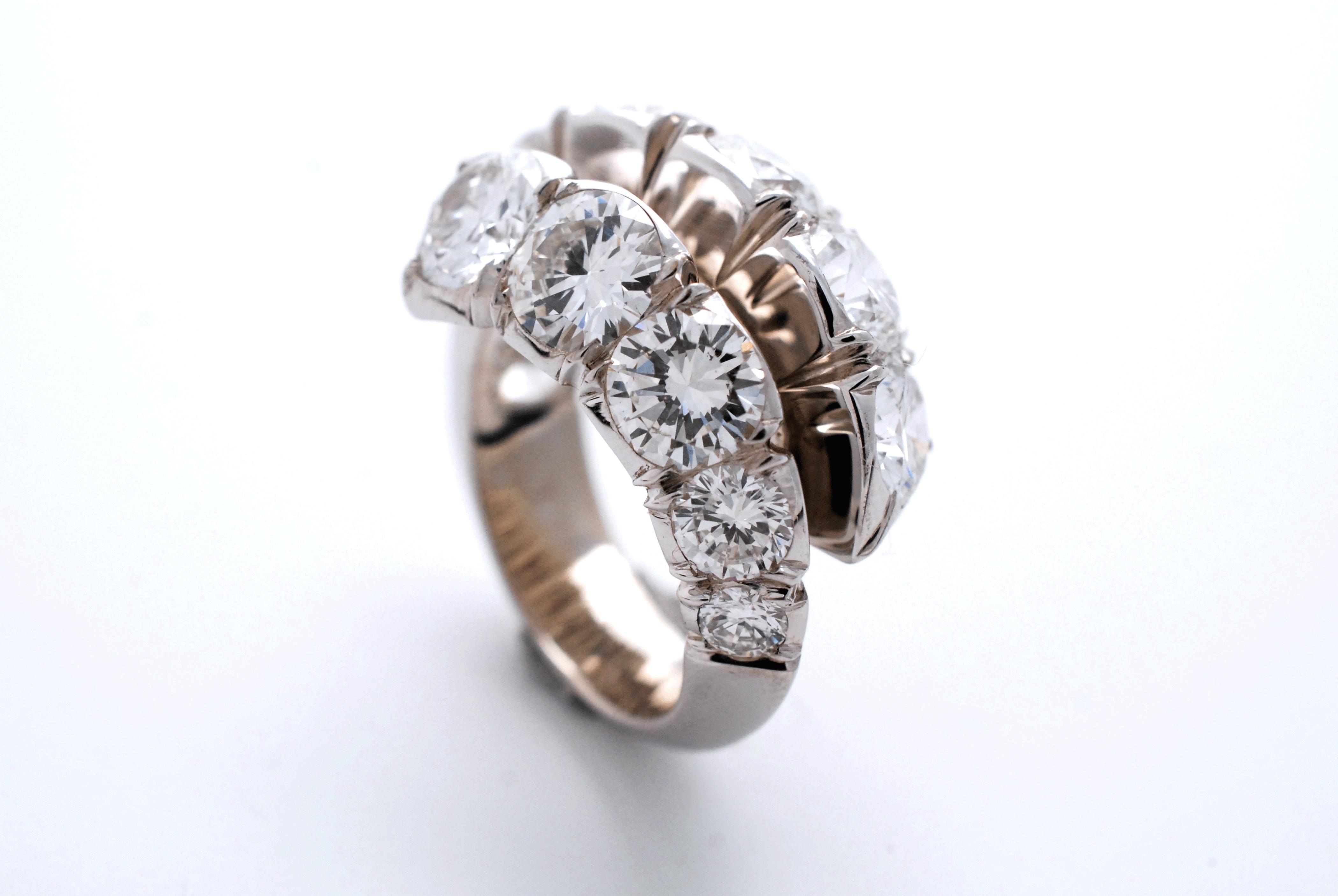 Bague ornée de diamants blanc
