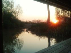 Puesta de sol desde el ventanal del living flotante