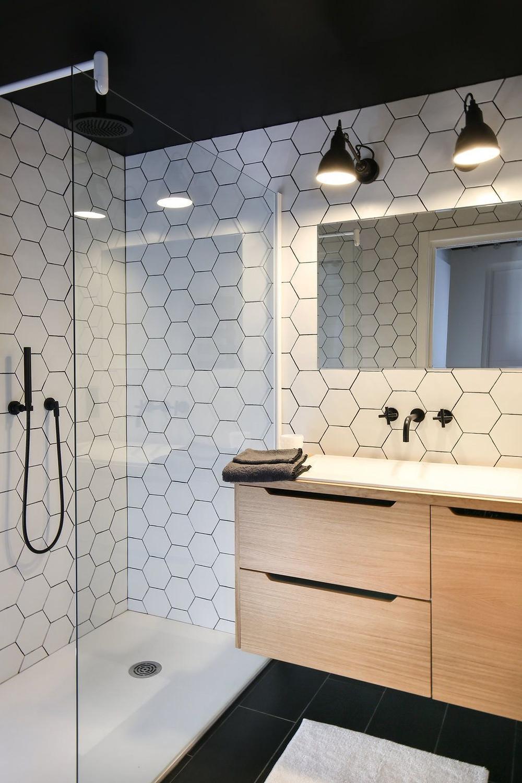 Salle de bain sous-sol | Éclairage | Essentiel Architecture | Québec | Crédit photo : Pinterest : Côté Maison