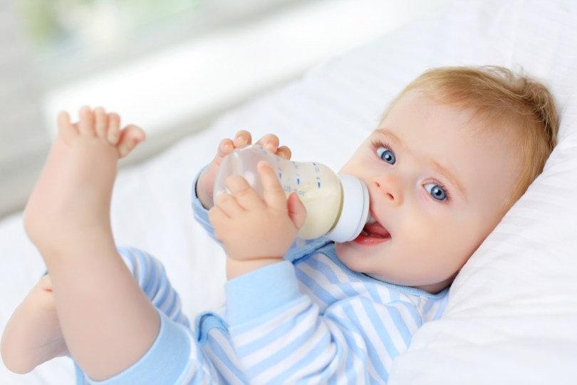 bebe blon dyeux bleus biberons seul.jpg