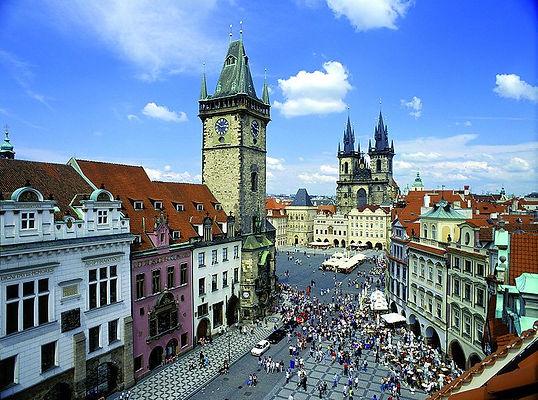 800px-Prague_old_town_square_panorama.jp