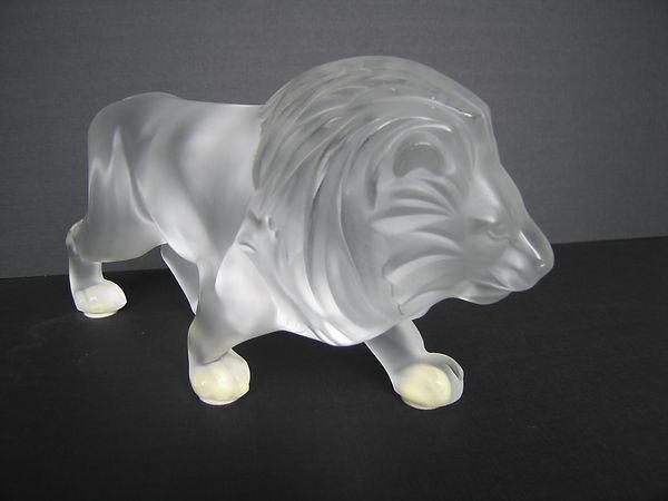 LALIQUE FRANCE. Lion marchant. Long 30 c