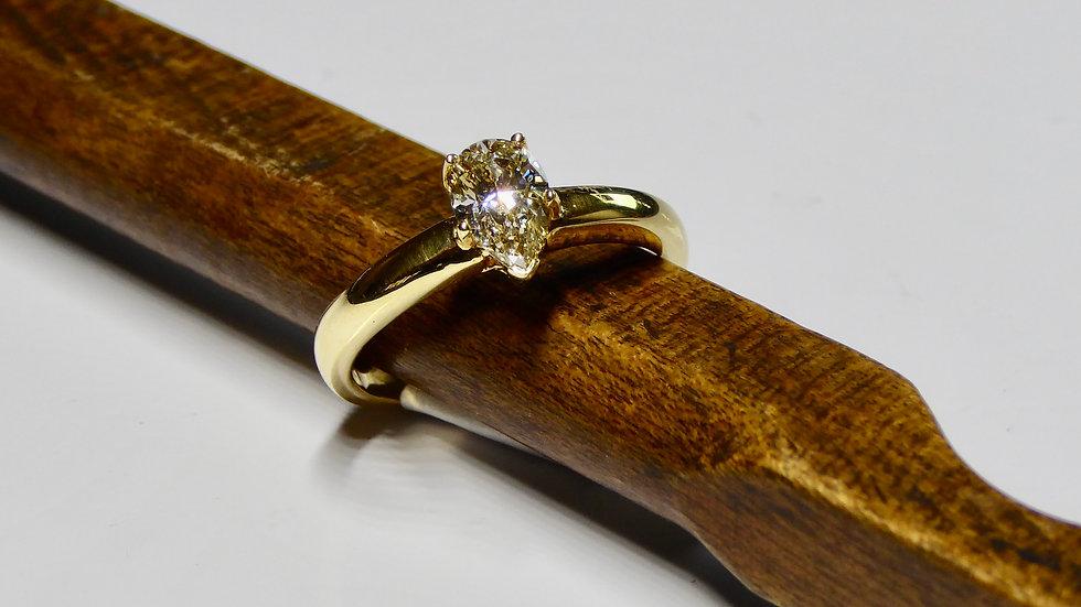Eenvoud siert de mens, diamant in peervorm geslepen, 18 karaat geelgoud