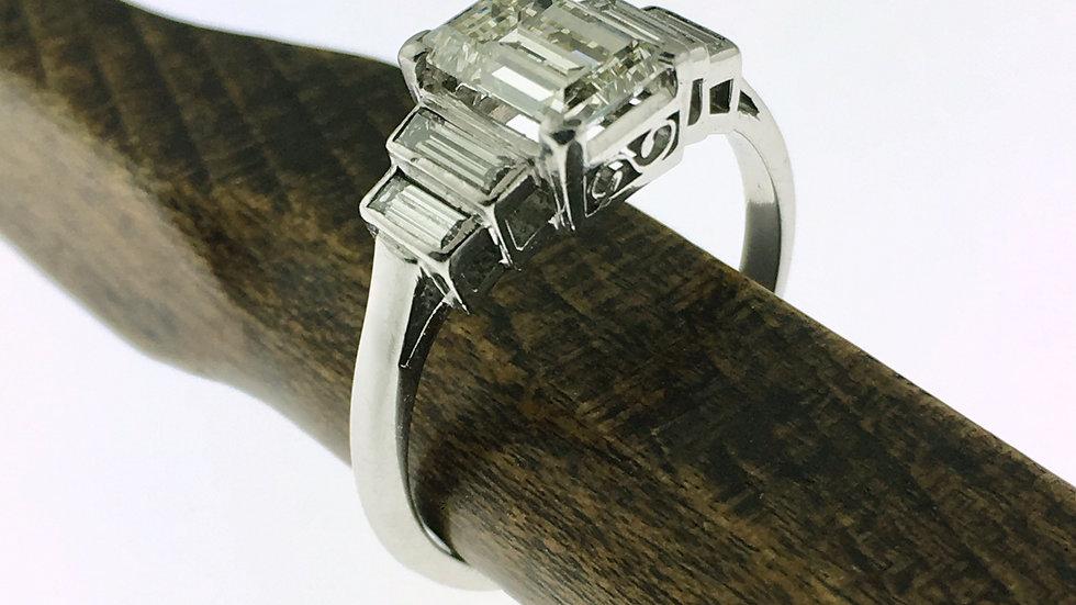 Platina ring met Emeraude geslepen diamanten, totaal 0,90 crt.