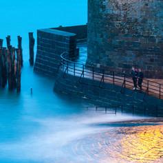 Saint-Malo - Deux enfants au pied des remparts
