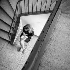 La lectrice dans l'escalier