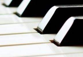 Mi pequeño estudio con el piano Yamaha vertical