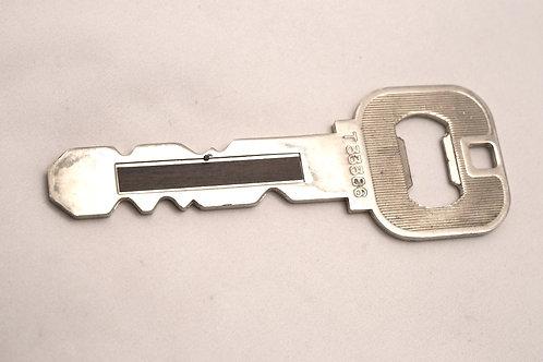 大きな鍵の栓抜き