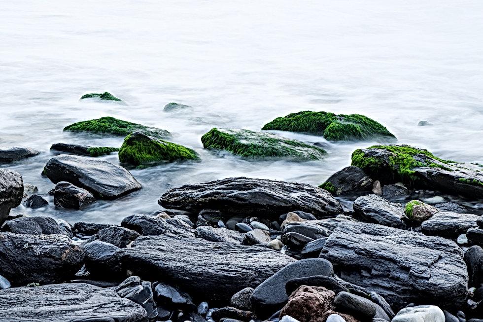 gray-rocks-with-moss-1437953.jpg