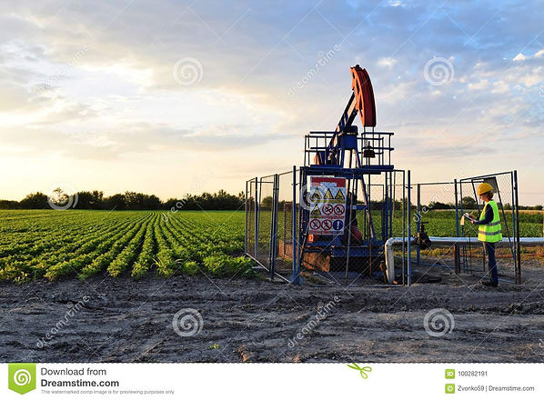 pumpjack-engineer-agricultural-field-twi