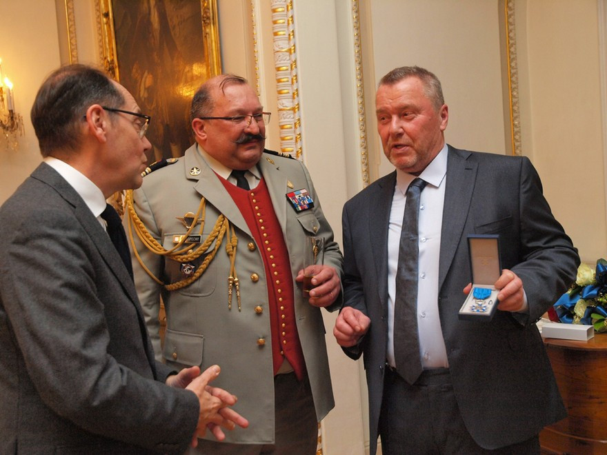 Zleva: Jeho Excelence velvyslanec Francie Roland Galharague, pplk. Daniel Kopecky a pan Miroslav Jandora.