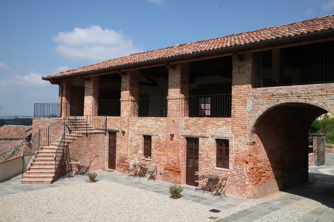 The hayloft and the entrance to Grignolino and Ruche apartment