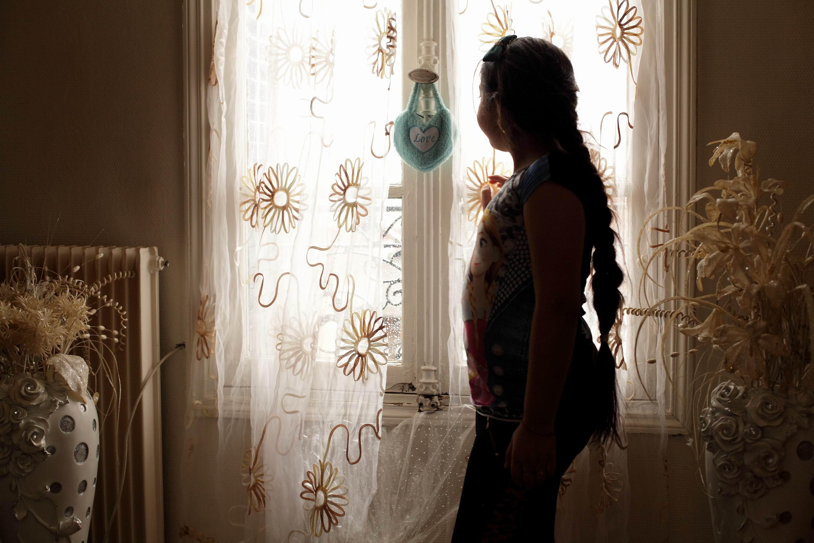 Natalie à la fenêtre