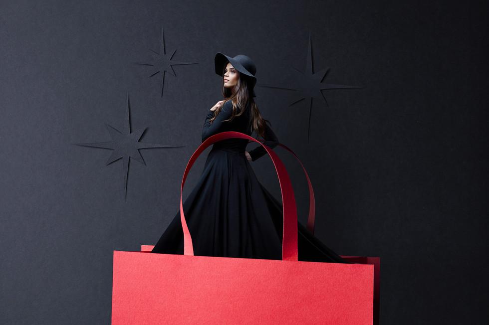 Du sac sort la belle dame en noir