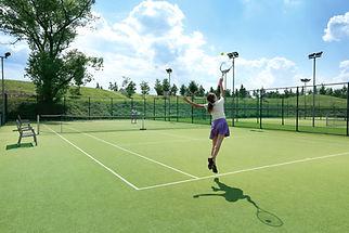 Femme au service balle de tennis