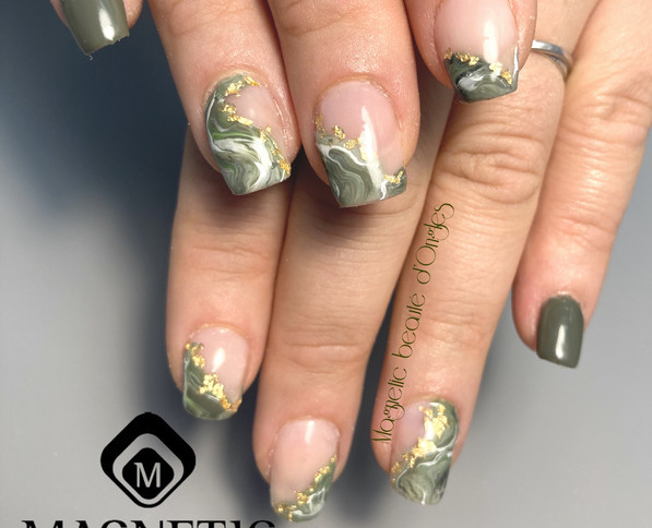 Nail art incrustation feuille d'or ongle