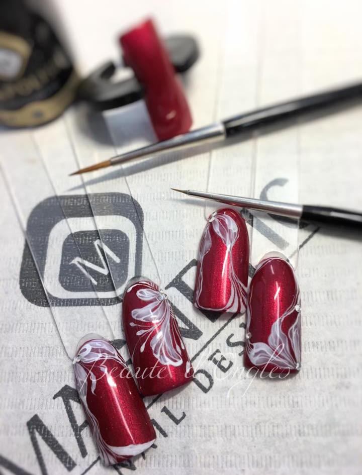 Nail art Fleur abstraite et ligne fine