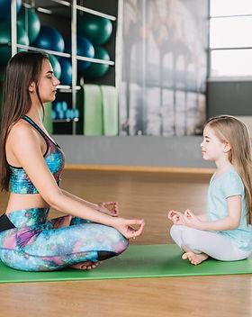 mere-fille-meditant-ensemble-tapis-yoga-