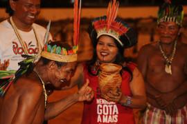 Sonia recebendo a doação simbólica do povo Baniwa