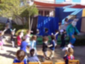 Conejito celebrando con los niños la Pascua