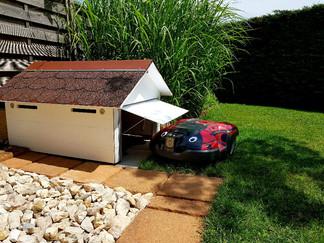 Garage robot tondeuse en bois avec porte