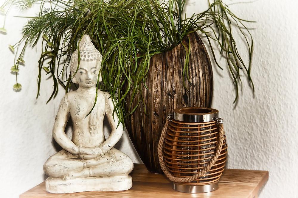 Buddhafigur og potteplanter
