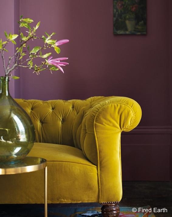 Gul sofa foran dus-rosa vegg